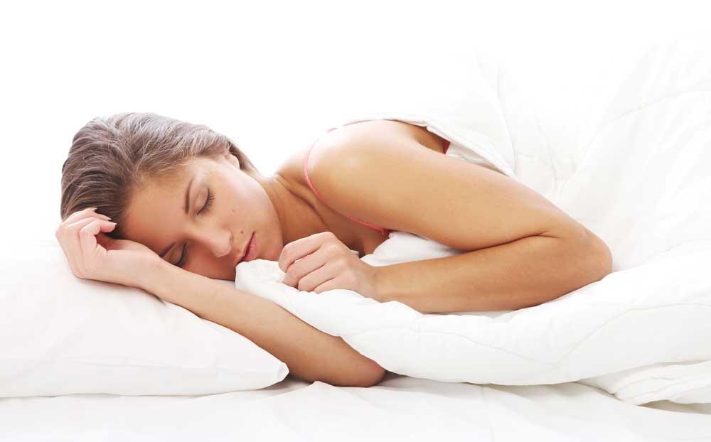 mujer soñando con un gato negro mientras duerme