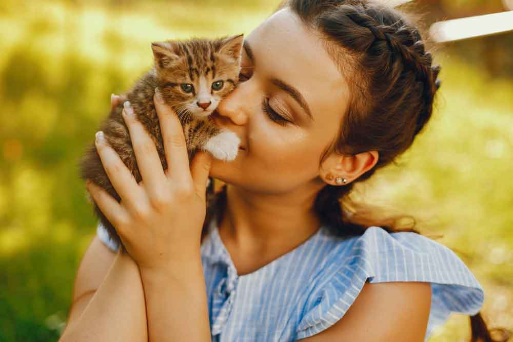 chica con gatito
